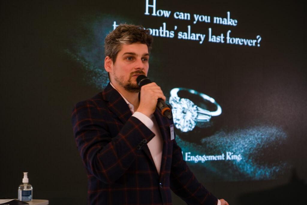 Kamil Pavlíček vystupuje na konferenci